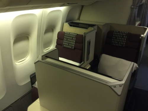 JAL - Japan Airlines - B77W - A look into the business class section